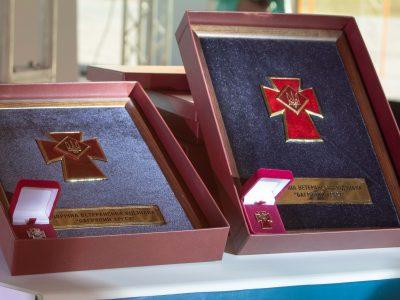 У Маріуполі ветерани вручили відзнаку «Багряний Хрест» тим, хто не втомився від війни