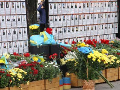 Квіти й шана українським захисникам