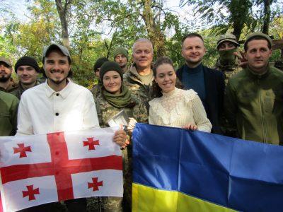 Поет Борис Кутовий презентував українським захисникам свою книгу